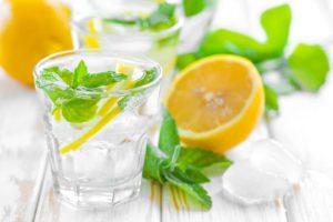 8 benefícios surpreendentes da água de limão